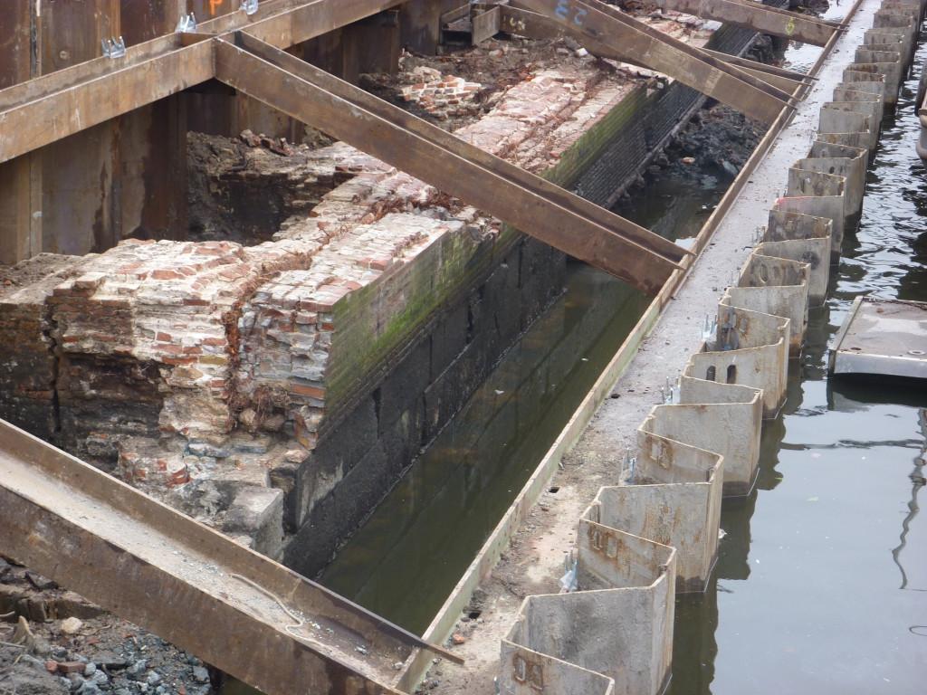 De grote blokken natuursteen van de middeleeuwse stadsmuur zijn duidelijk herkenbaar.