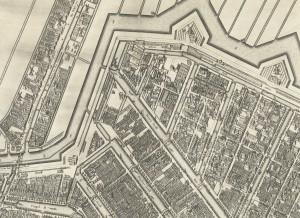 De aansluiting van de nieuwe stadswal op de oude, het zwakke punt in de fortificatie. Helemaal links loopt de huidige Leidsestraat.