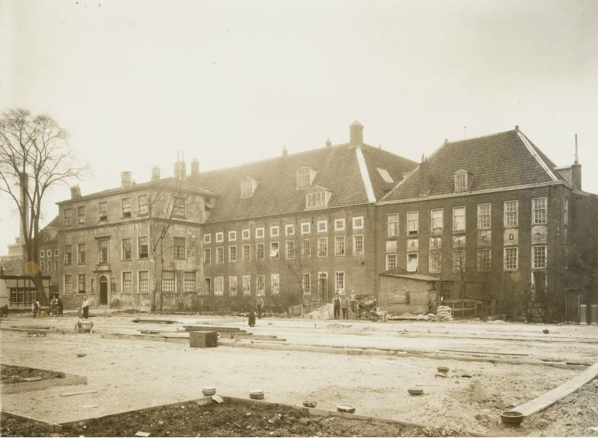 Het Buitengasthuis in 1931, enkele jaren voordat het gesloopt zou worden.