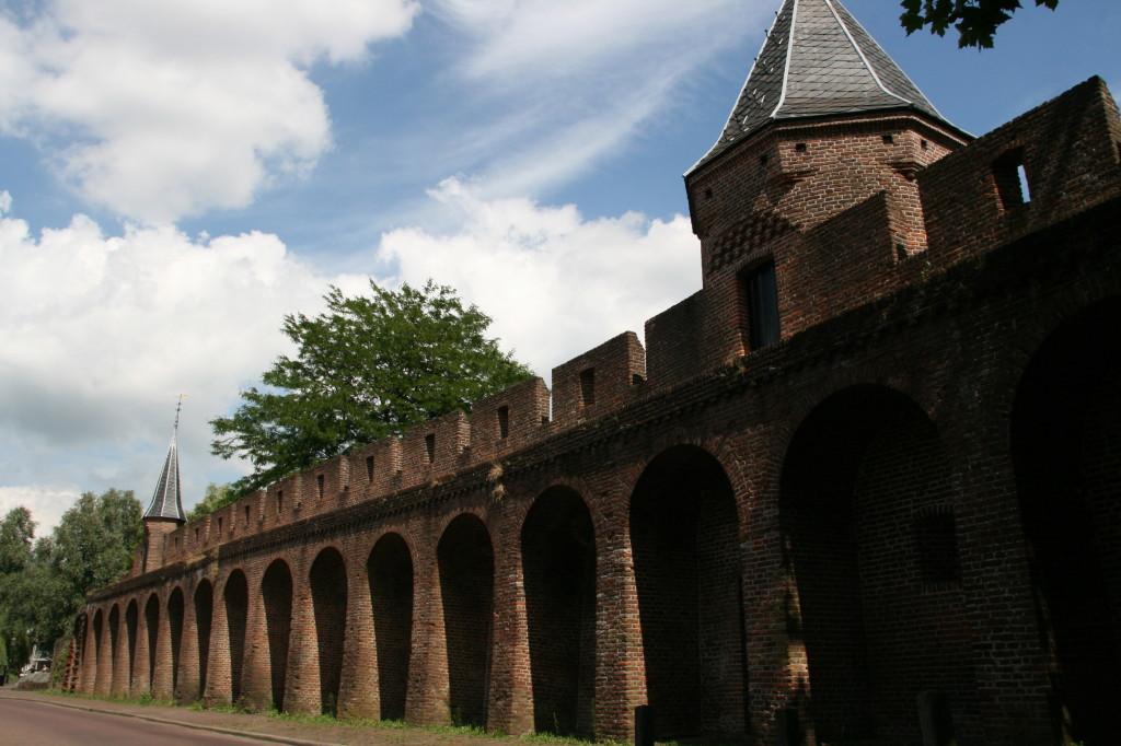 In Amersfoort is een deel van de oude stadsmuur blijven staan. Een dergelijke muur heeft Amsterdam bescherming geboden.