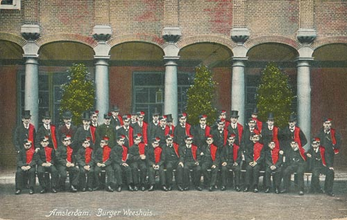 Jongens in uniform op de binnenplaats, 1906